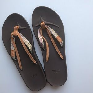 Teva Azure sz 9 double strap flip flops leather